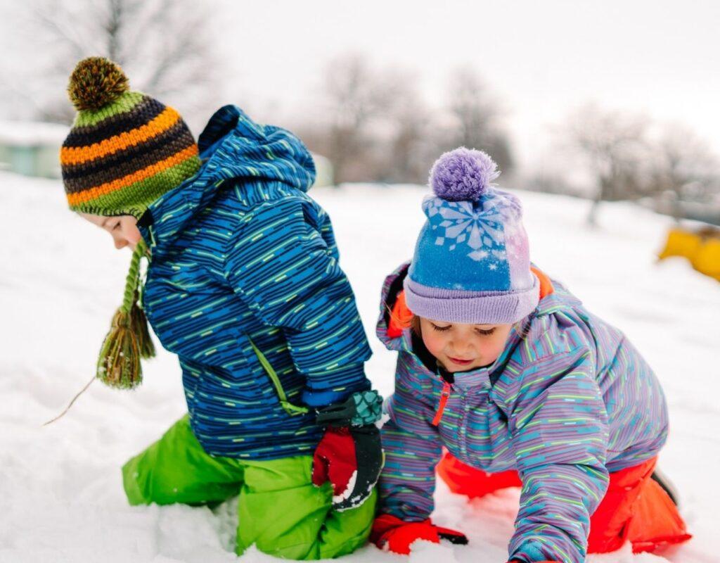 Winterurlaub mit Kindern im Schnee